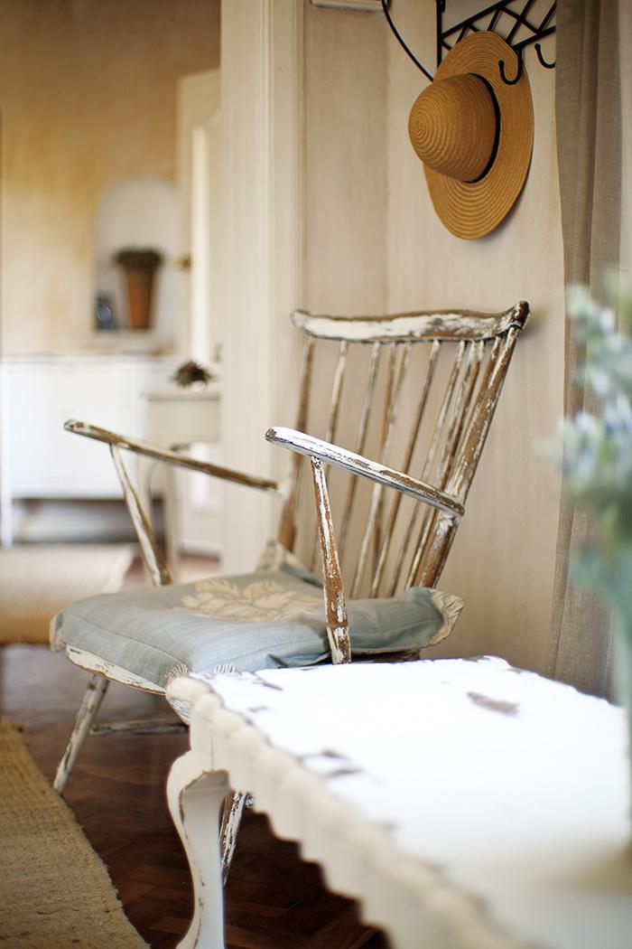 Opotrebovaný nábytok s patinou pôsobí nadčasovo. Na väčšie pohodlie poslúžia vankúše, napríklad s kvetinovými vzormi.