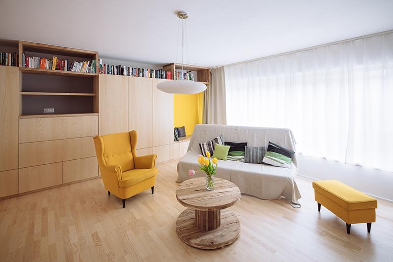 Dominantou interiéru rodinného domu je drevené schodisko, pôsobí ako socha