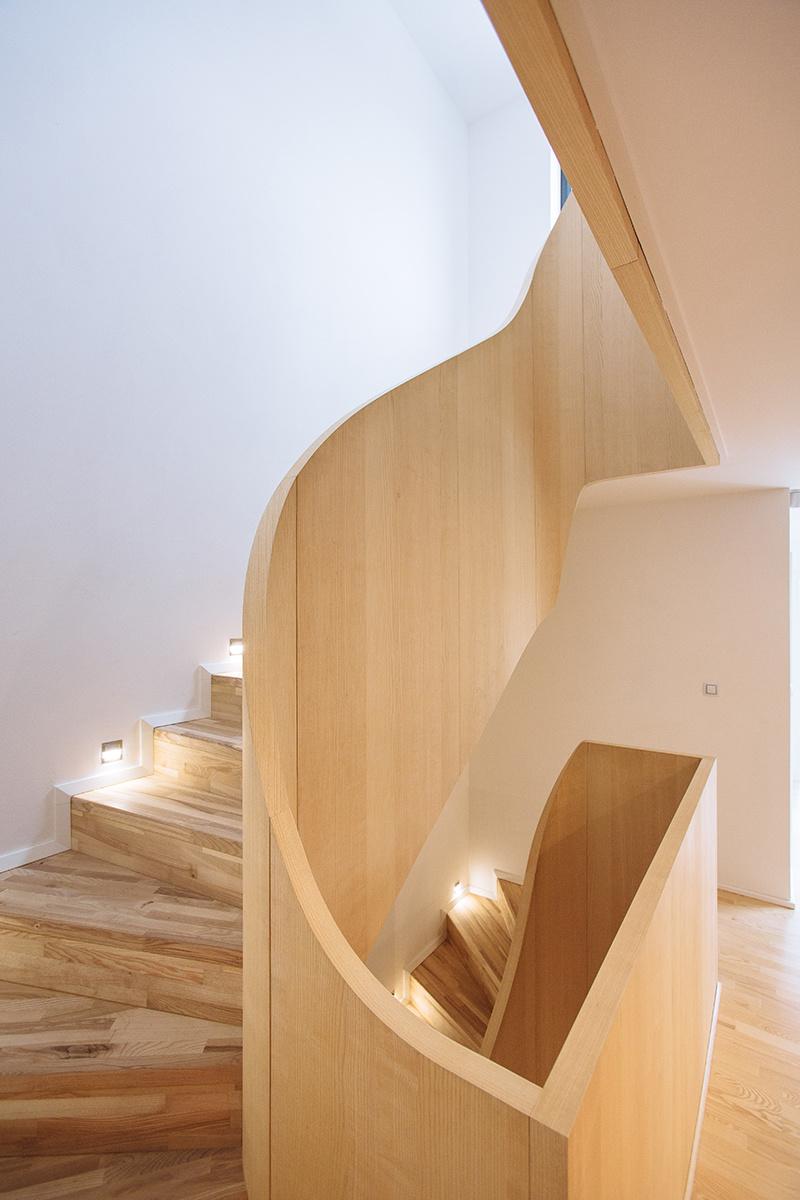 Dominantou interiéru je schodisko z jaseňového dreva