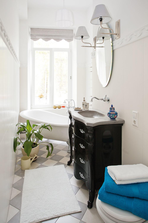 """2 Využiť umývadlovú skrinku ako starú komodu či toaletný stolík je skvelý spôsob, ako ušetriť rozpočet (v prípade starožitného kúska z antikvariátu to neplatí) aj životné prostredie. Samotní dizajnéri neraz v snahe vytvoriť nadčasovú kúpeľňu siahnu po historizujúcich prvkoch, ako sú viktoriánske komody či voľne stojaca vaňa na nožičkách. Keď sa rozhodnete vniesť takéto """"ťažké"""" prvky do malého kúpeľňového priestoru, je dobré zvoliť na pozadie neutrálny, najlepšie svetlý základ. Nehazardujte s mixom farieb, nemuselo by sa to totiž vyplatiť."""