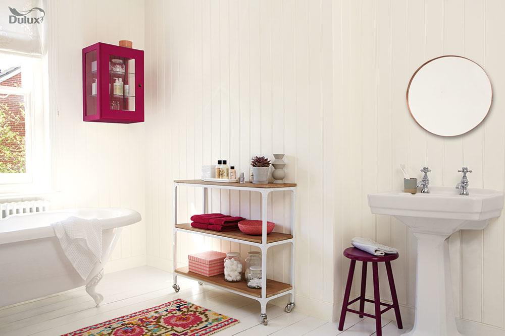 """Nebojte sa výrazných farieb na doplnkoch, najmä ak je interiér kúpeľne ladený minimalisticky. Farebný sprchový záves, koberčeky, košíky, odkladacia stolička či uteráky sú predsa veci, ktoré možno kedykoľvek vymeniť a nemusíte pre ne ani siahnuť hlboko do vrecka. Pri výbere farieb sa pokojne riaďte tým, čo vám núka váš šatník. Napokon, ide len o """"sezónnu záležitosť""""."""