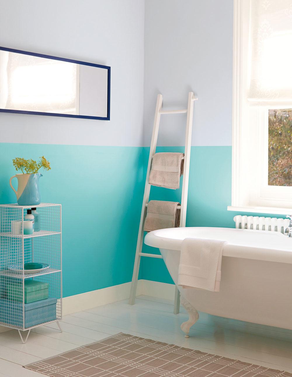 """Aj keď obklady ponúkajú nesmierne možnosti, na stenách kúpeľne dokážu parádne """"zahviezdiť"""" aj farebné nátery, určené špeciálne do vlhkých priestorov. Kúpeľňový priestor je tak odľahčený od váhy keramických obkladačiek. Ide o nízkonákladové riešenie, ktoré však pri vhodne zvolených farebných kombináciách a dodržanom technologickom postupe nijako nepokrivkáva za obkladmi."""