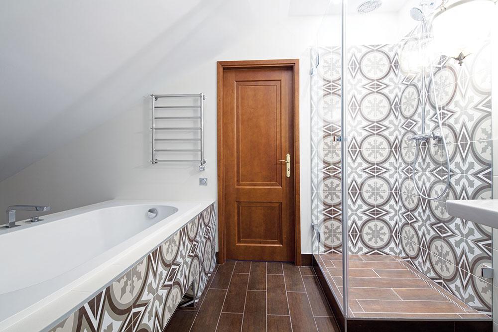 Najlepší a celkom jednoduchý spôsob, ako dostať do kúpeľne stredomorský temperament a hrejivosť, sú vzorované obkladačky.  Majú v sebe hravosť a zvodnosť, tú napokon prepožičajú aj kúpeľni. Dlažba v hlbokom zemitom odtieni pridáva priestoru ďalší rozmer.