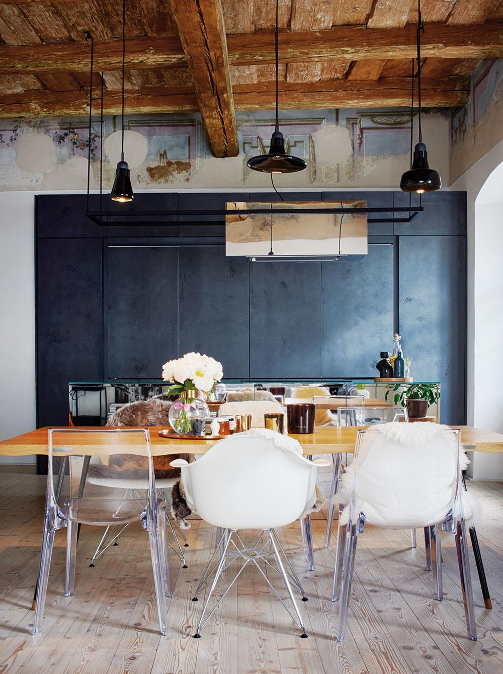 Na jednom konci rozľahlej dennej miestnosti je kuchyňa, na opačnom obývačka a priestoru medzi nimi kraľuje veľký jedálenský stôl.