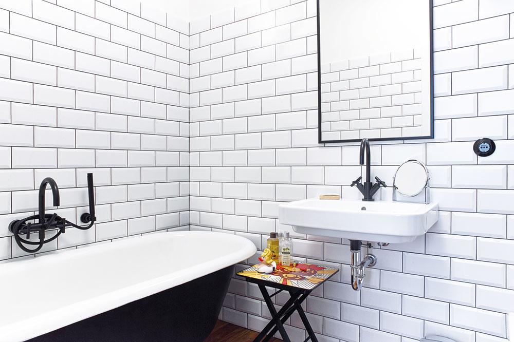 Kontrast čiernej a bielej, súčasných a retro prvkov, udáva štýl kúpeľne pri menšej z izieb. Architekti tu použili aj zrenovovanú historickú vaňu.
