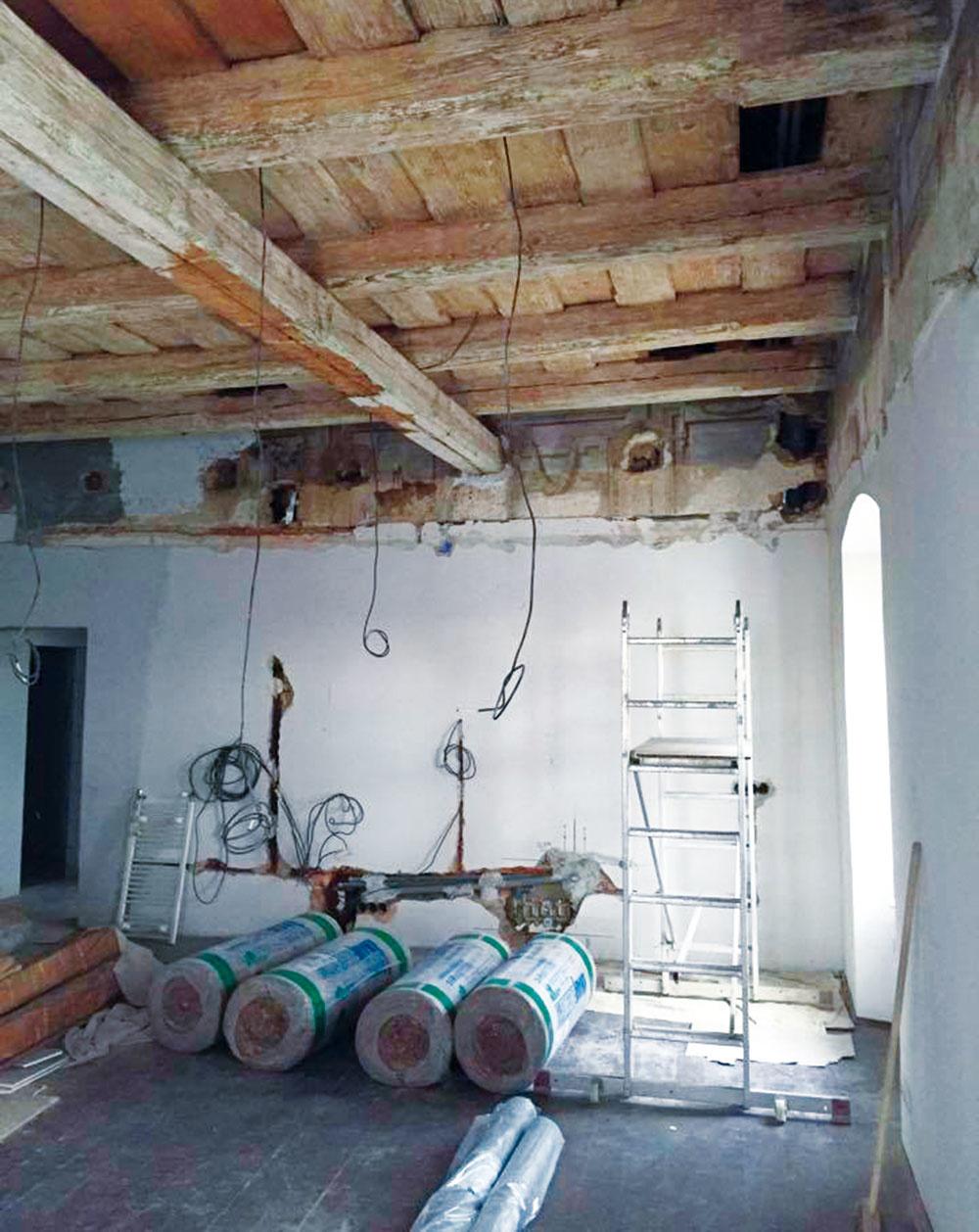 Počas stavby. Rekonštrukcia interiéru trvala približne rok. Dispozícia spracovaná developerom vyhovovala predstavám oboch strán, a tak ju architekti nemenili. Najviac času a práce si vyžiadala obnova pôvodného dreveného stropu a fresiek.