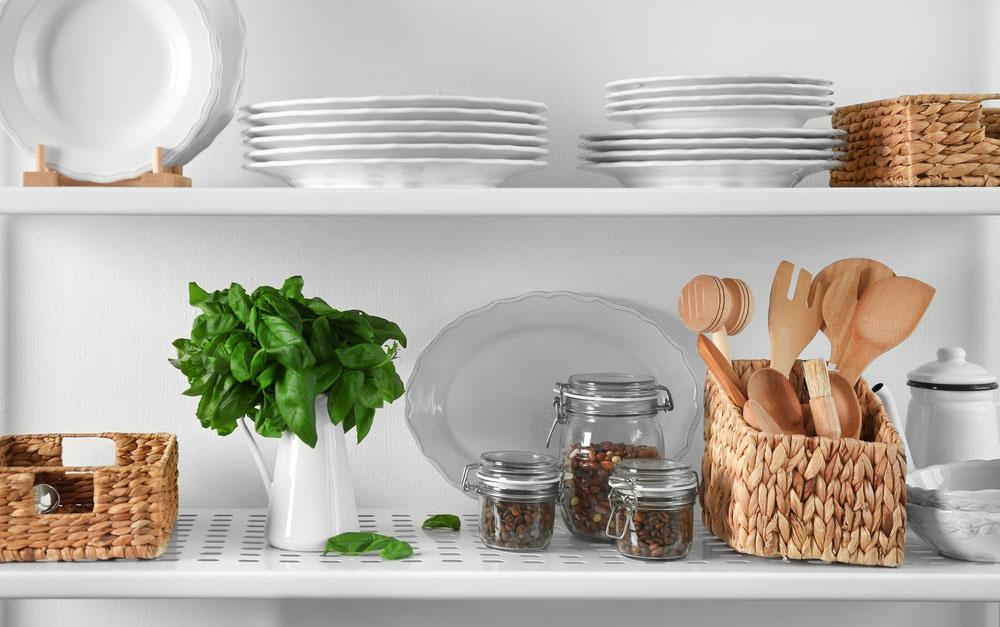 Otvorený regál v kuchyni namiesto zatváracích skriniek? Tu sú dôvody, prečo áno!