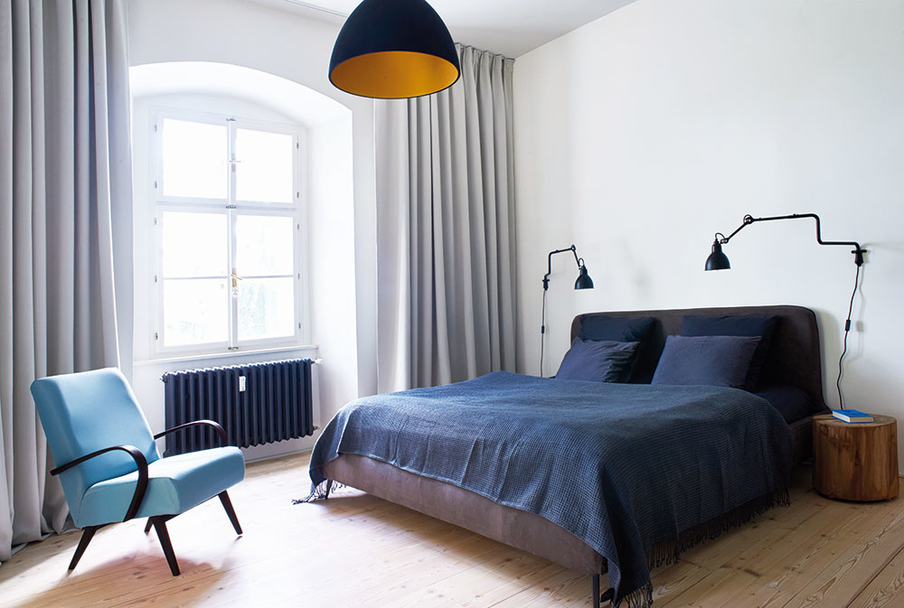 Nábytok a svietidlá vyberali architekti najmä od českých výrobcov –  nájdete tu produkty značiek Lasvit, Brokis, Bomma, Halla a ďalších.