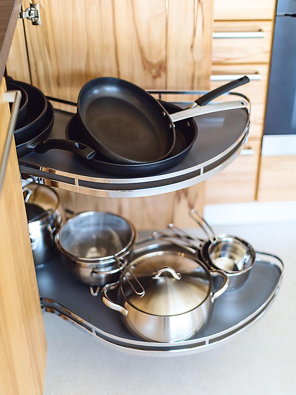 Osobitnú pozornosť venujte riešeniu rohov kuchynskej linky, ktoré sa častokrát nevyužijú naplno. Jednotliví výrobcovia ponúkajú rôzne spôsoby, ako priestor maximálne zužitkovať. K najefektívnejším patrí tzv. magic corner alebo rôzne otočné karusely.
