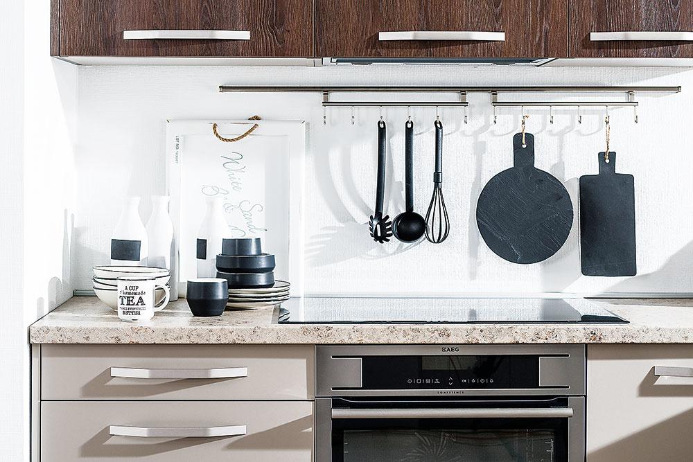 Ak máte len malú bytovú kuchyňu, vyhnite sa rozložitým odsávačom pár. Zvoľte radšej výsuvný digestor zabudovaný do horných skriniek. Alternatívou môže byť model zabudovaný do pracovnej dosky, ktorý však uberá z pracovnej plochy.