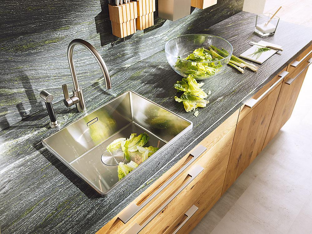 Častou chybou pri návrhu kuchyne je zbytočné delenie pracovnej plochy na menšie časti. Práca bude pohodlnejšia, ak medzi drezom a varnou doskou vznikne aspoň 60 až 90 cm široká prípravná plocha. Nezabudnite ani na asi 30 cm širokú odkladaciu plochu po oboch stranách drezu a varnej dosky a vyhnite sa umiestneniu varnej zóny hneď vedľa vysokej skrine či chladničky.