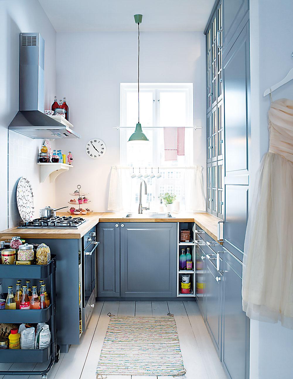 """Drez pod oknom predstavuje obľúbenú voľbu, vďaka ktorej získate v umývacej časti dostatok prirodzeného svetla. Pozor však dajte na výber vhodnej batérie, aby sa dalo okno v prípade potreby otvoriť. Umelé osvetlenie, ktoré dokáže v tejto časti kuchyne spôsobiť nemalé problémy, môžete vyriešiť """"bodovkami"""" umiestnenými do sadrokartónového stropu, prípadne visiacimi lampami, ak to rozmery okna umožnia."""