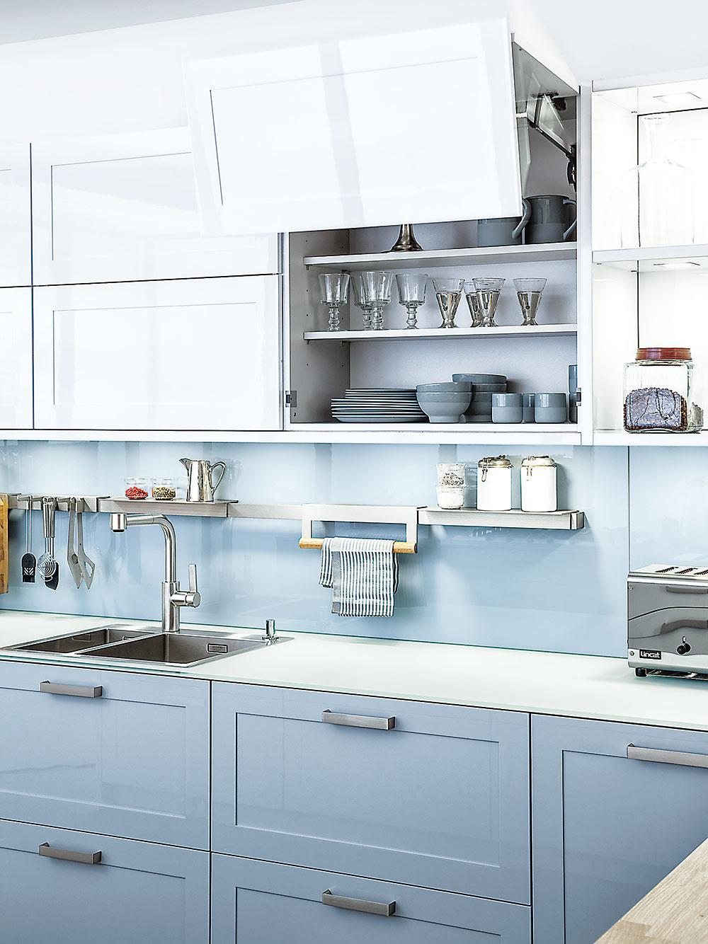 Do kuchyne je ideálne voliť ľahko umývateľné a udržiavateľné materiály. Kuchynská zástena pozostávajúca z malých obkladačiek s množstvom škár pôsobí síce efektne, jej údržba je však prácna. Lepšou alternatívou sú v tomto prípade jednoliate plochy, napríklad lakované sklo. Dobrou voľbou je minimalizovať otvorené police, na ktorých sa môže usádzať prach či mastné výpary.