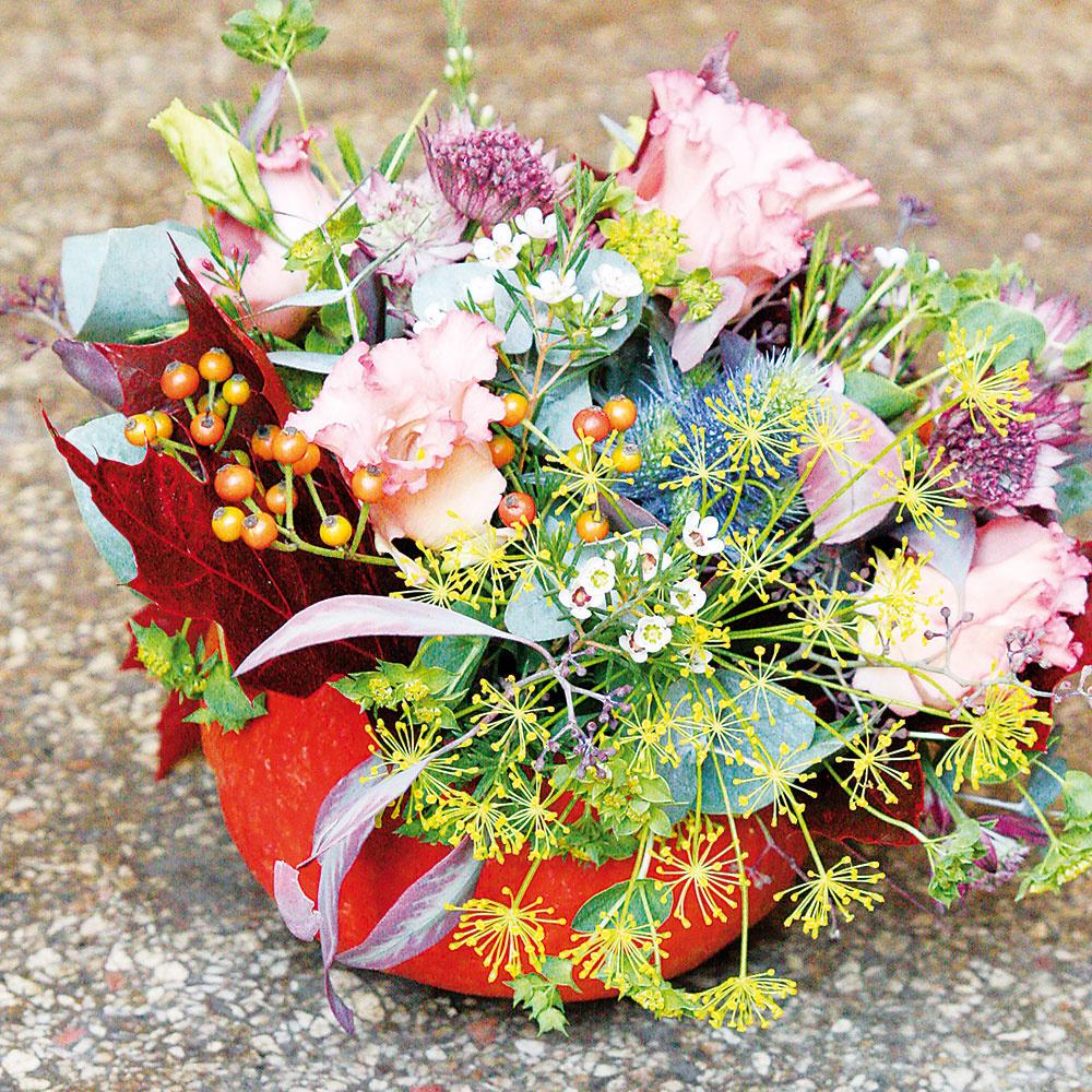 Následne pozapichujte lisiantus, jarmanku a šípky tak, aby sa rastliny objavili po celom obvode aranžmánu.