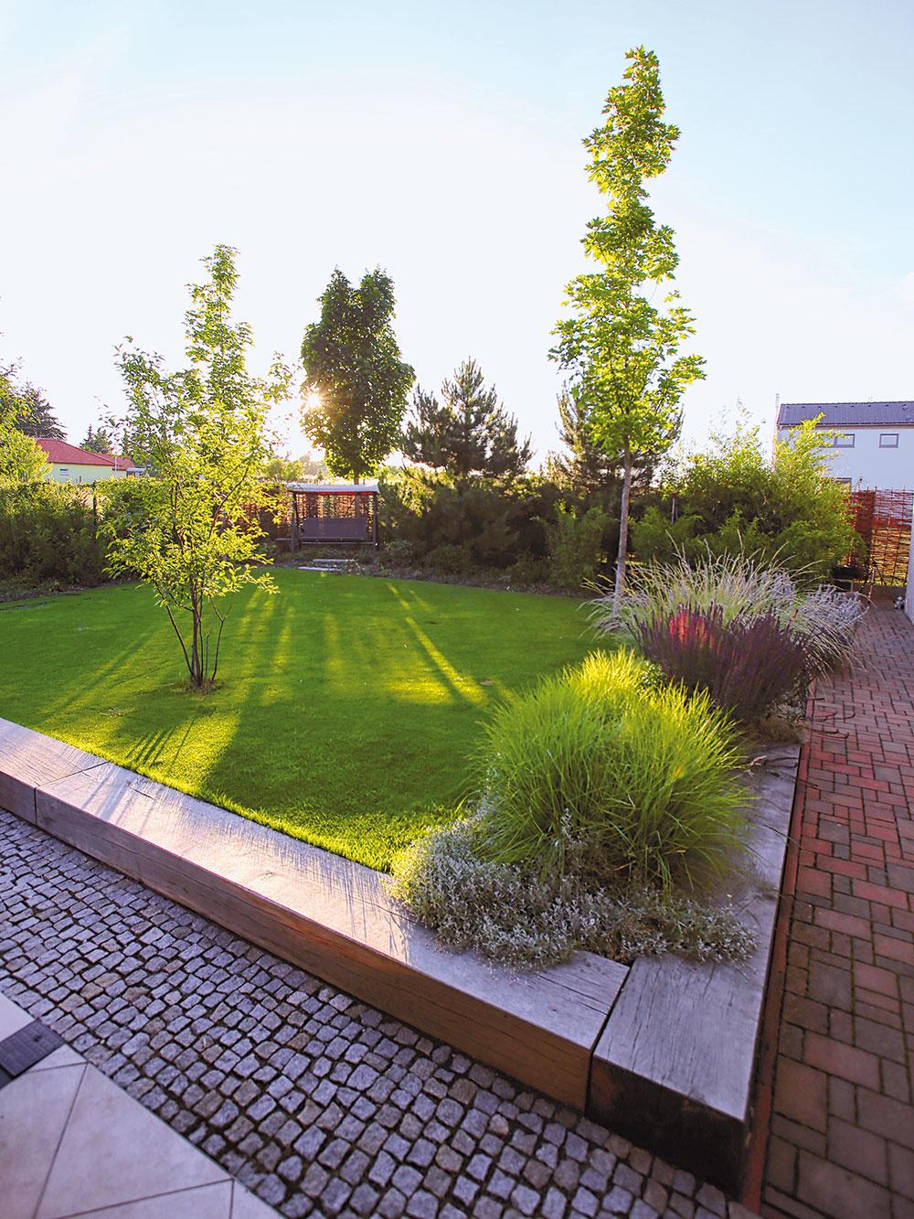 V rámci revitalizácie vzniklo v záhrade viacero terás, resp. poschodí. Hlavná trávnatá plocha je napríklad vyvýšená a oddelená od spevnených plôch masívnymi drevenými trámami, ktoré poslúžia aj na sedenie.