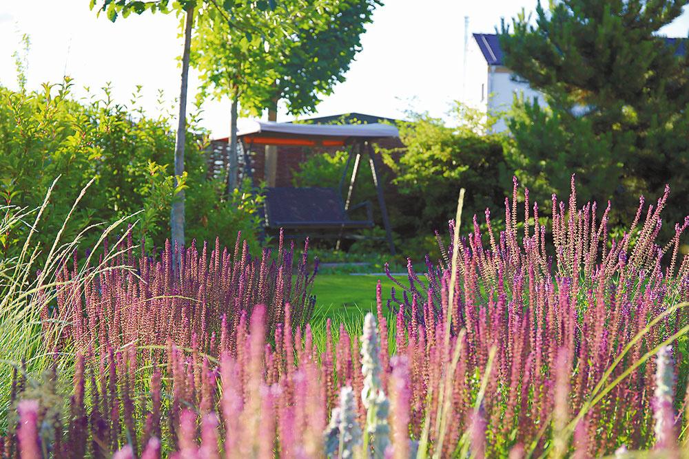 V záhrade vzniklo viacero príjemných zákutí, kde si môžu majitelia posedieť a načerpať novú energiu. Jedným z nich je aj hojdačka, z ktorej si môžu domáci vďaka záhradnému osvetleniu vychutnať výhľad aj po zotmení.