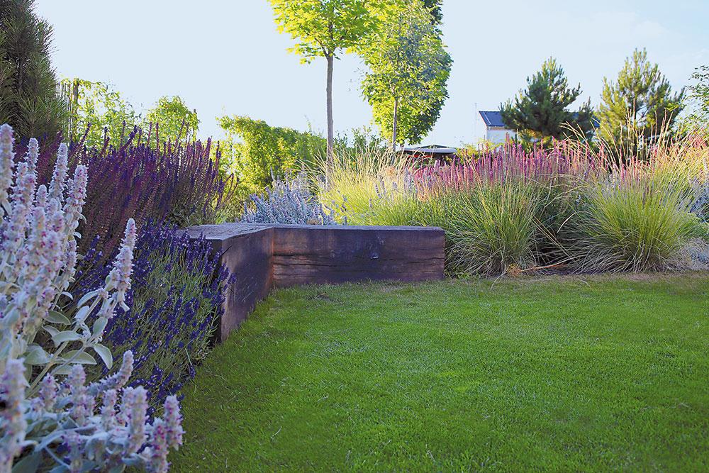 Architekti v rámci rekonštrukcie tejto záhrady pracovali s dubovým drevom, ktoré neošetrili. Časom tak zošedivie a získa peknú prirodzenú patinu.