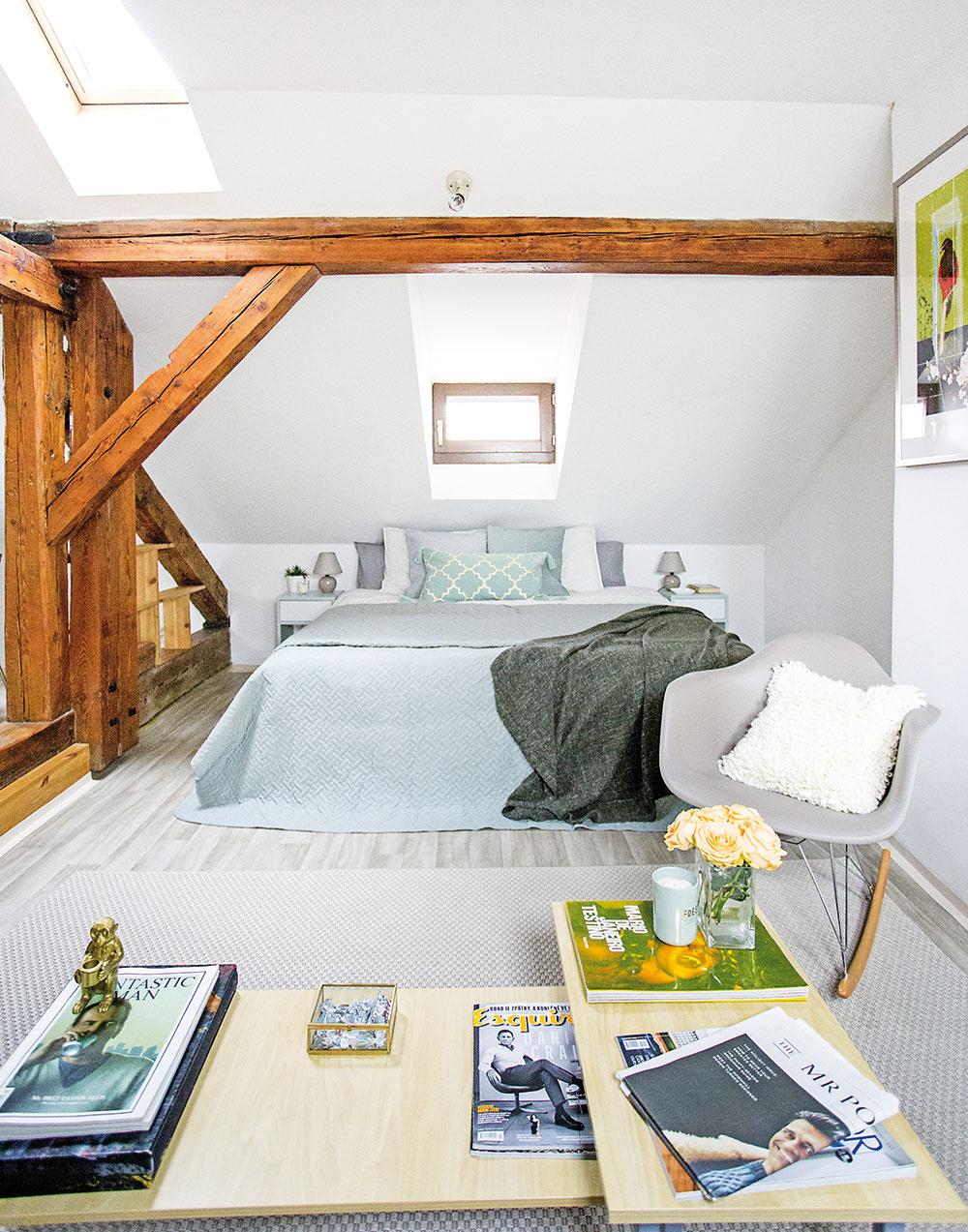 Farebné ladenie. Starostlivo zvolená sivozelená farba zjednotila priestor celého bytu – stretnete sa s ňou na dvierkach kuchynskej linky, na prikrývke postele či na doplnkoch. Posteľ, ktorá v byte už bola, doplnil dizajnér sivozelenou prikrývkou, vankúšiky a sivý koberec zas korešpondujú so sivým hojdacím kreslom.