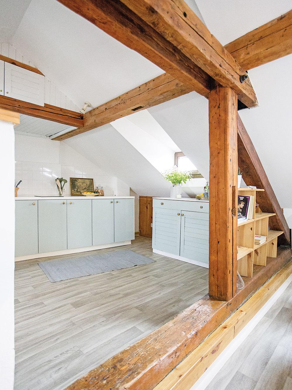 Jemné pastelové tóny určujú charakter celého interiéru. Pôvodne biele dvierka kuchynskej linky natrel dizajnér sivozelenou farbou, ktorú využil aj v ďalších priestoroch bytu.