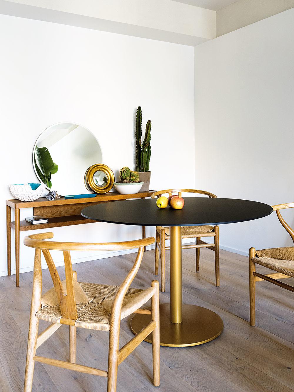 Jedálenské sedenie pozostáva zo stola značky Pedrali a jedných z najznámejších stoličiek sveta – model CH24 Wishbone od značky Carl Hansen v roku 1950 navrhol dánsky architekt Hans J. Wegner.