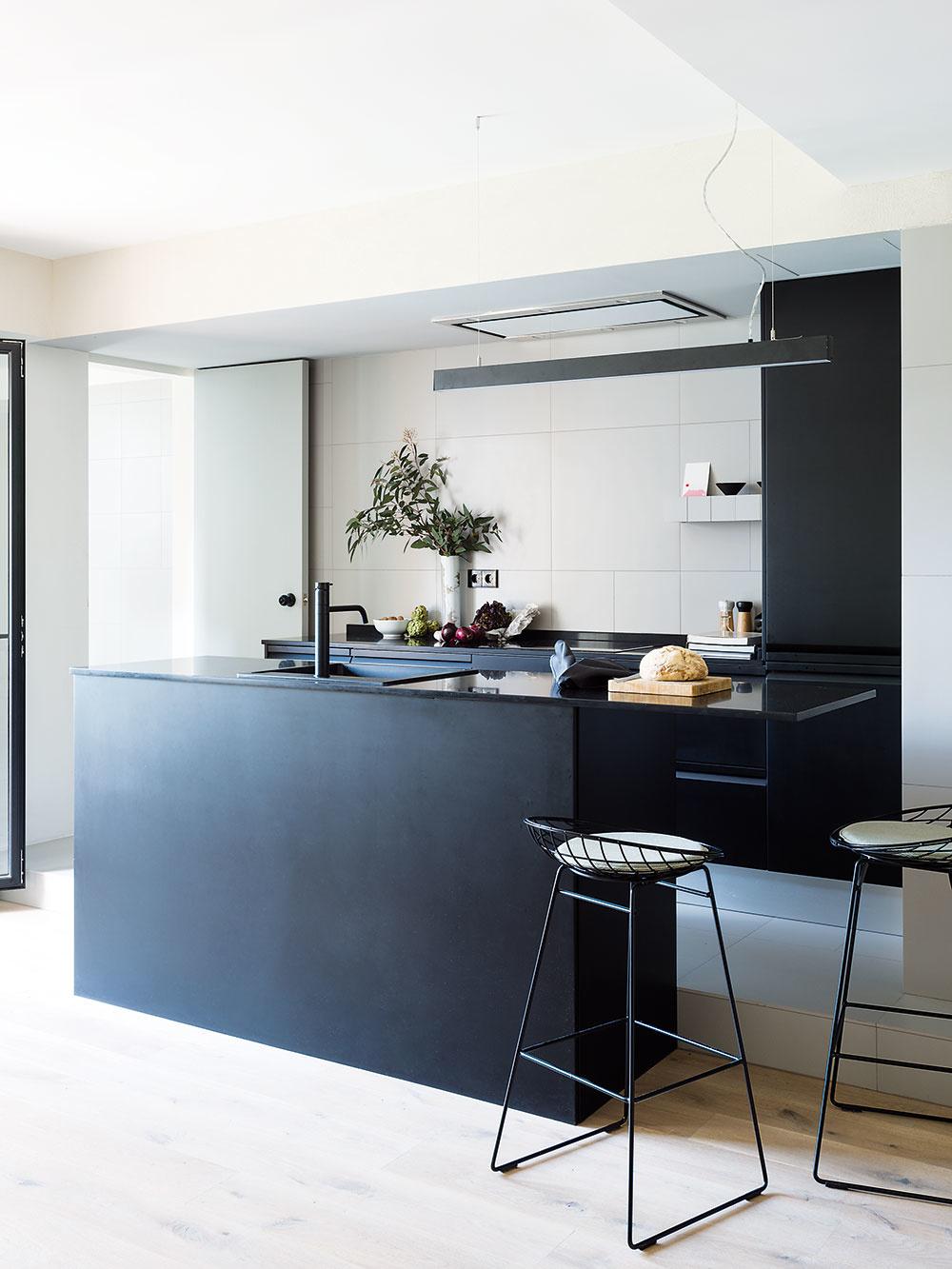 Kuchynská časť a kúpeľňa sú v porovnaní so zvyškom bytu mierne vyvýšené.