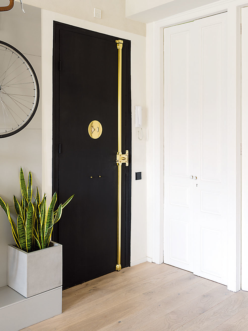 Dvere vedúce do spální sú pôvodné – architekti ich nechali obnoviť.
