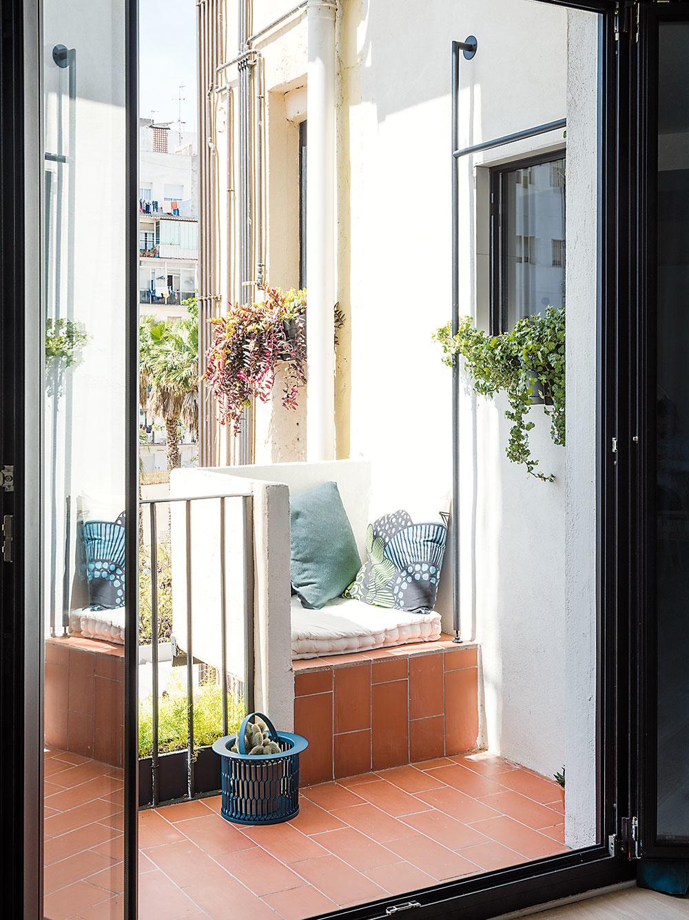 Na mieste, kde sa pôvodne nachádzala práčka, vzniklo šikovné vstavané sedenie. Nová práčovňa je prístupná priamo z terasy.