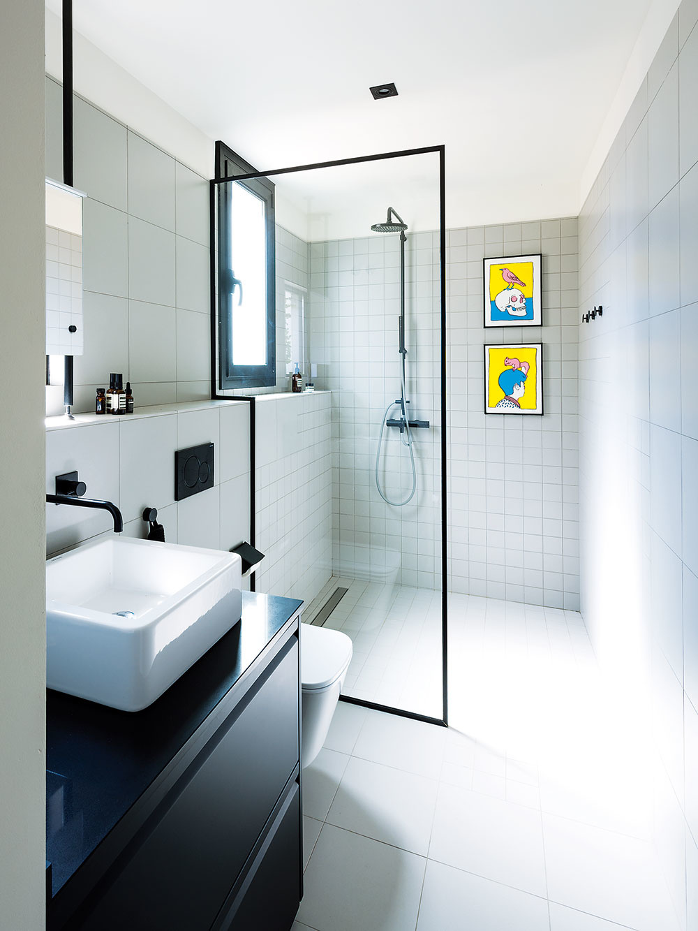 Priame svetlo do kúpeľne zabezpečuje okno, okolo ktorého sa nachádza kovová konštrukcia. Tú postupne obrastie zeleň. Na rovnakých rúrach je v kúpeľni upevnené aj zrkadlo nad umývadlom, ktoré sa nachádza priamo pred oknom.
