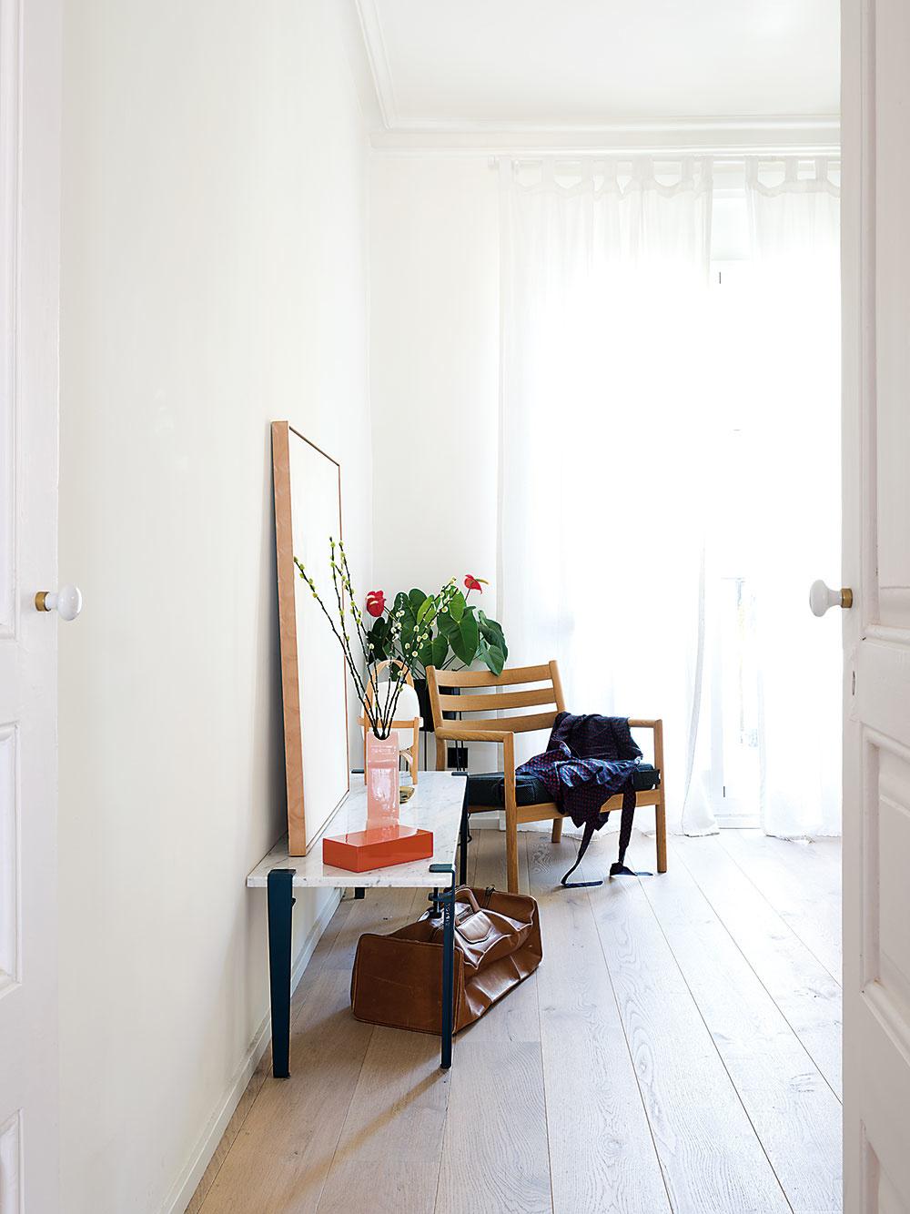 V oboch spálňach aj dennej časti zvolili architekti dubovú podlahu, čo priestor zjednocuje.