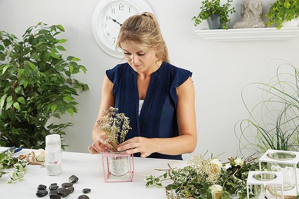 3. SUŠENÉ KVETY Do kamienkov povkladáme letné sušené kvety či ozdobné vetvičky. Veľký stojan poslúži ako držiak na príbory. Stôl dekorujeme jemnými odtieňmi.