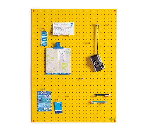 Drevený organizér na stenu ponúka kreatívny spôsob, ako si zorganizovať poriadok na domácom pracovisku. Drevo, rôzne farebné vyhotovenia, 813 × 610 mm, 73 €, www.blockdesign.co.uk