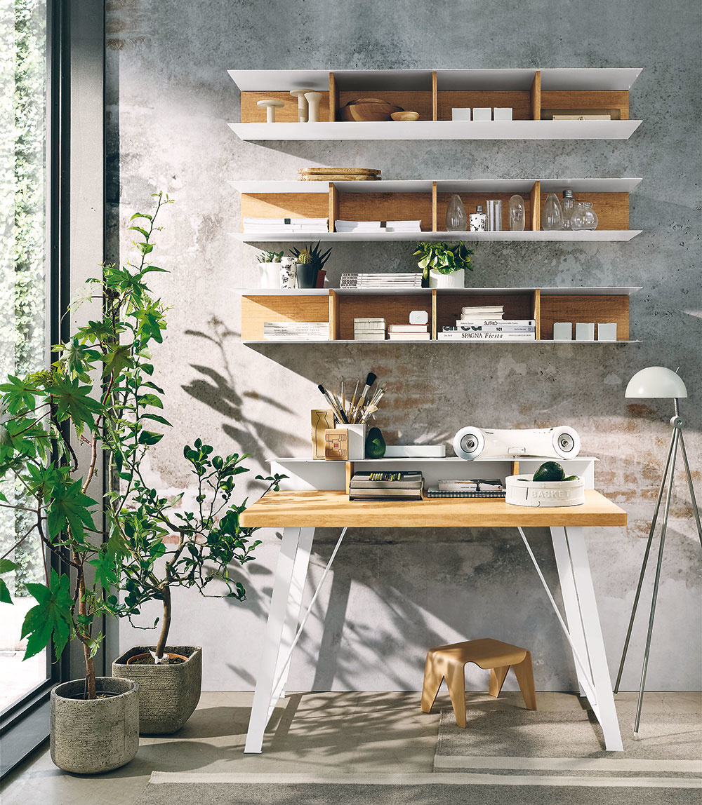 Naoko ošarpaná stena, pracovný stôl skovovými nohami, vysoká stojanová lampa asivá farba ako základ vytvoria tú pravú industriálnu atmosféru vkaždej pracovni.
