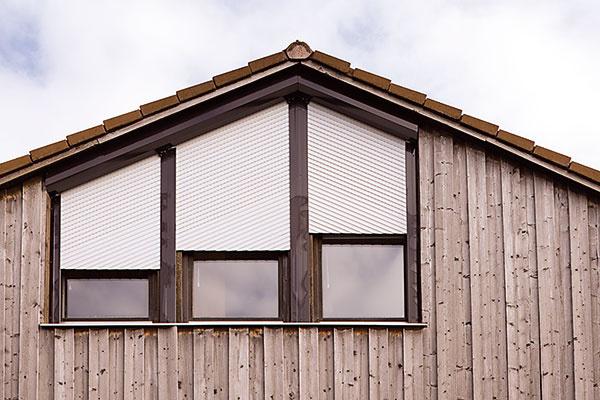 VONKAJŠIE ROLETY  Zabezpečia optimálny tepelný komfort počas celého roka. V zime znížia únik tepla z interiéru až o 15 %, takže s nimi ušetríte na vykurovaní. V priebehu dňa bráni nadol stiahnutá roleta zasa prieniku slnečných lúčov, znižuje prienik tepla až o 95 % a zabraňuje tak prehrievaniu interiéru. Stiahnutá roleta v prípade potreby aj výborne zatemní interiér, takže vám v noci nebude do spálne svietiť mesiac ani pouličné lampy. Počas letných búrok dokáže utlmiť hluk z dažďa a krupobitia až o 3 dB, čo človek v miestnosti vníma ako zníženie hlučnosti o celú polovicu. www.climax.cz/sk