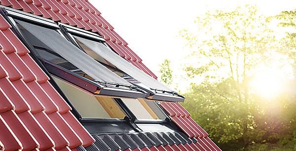 VONKAJŠIE MARKÍZY Účinnou ochranou pred prehrievaním sú aj vonkajšie markízy, ktoré odrážajú slnečné lúče ešte pred dopadom na sklenenú tabuľu a dokážu tým znížiť vnútornú teplotu až o 6 °C. Ich sieťovina je odolná proti poveternostným podmienkam, jej štruktúra prepúšťa svetlo do miestnosti a umožňuje výhľad. Jednoducho sa montujú a ovládajú sa z interiéru buď manuálne háčikmi, alebo diaľkovo na elektrický pohon, prípadne na solárny pohon. www.velux.sk