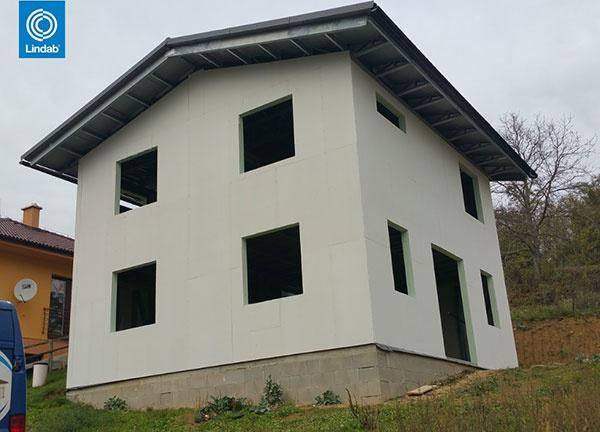 Oceľový dvojpodlažny dom v Melčiciach