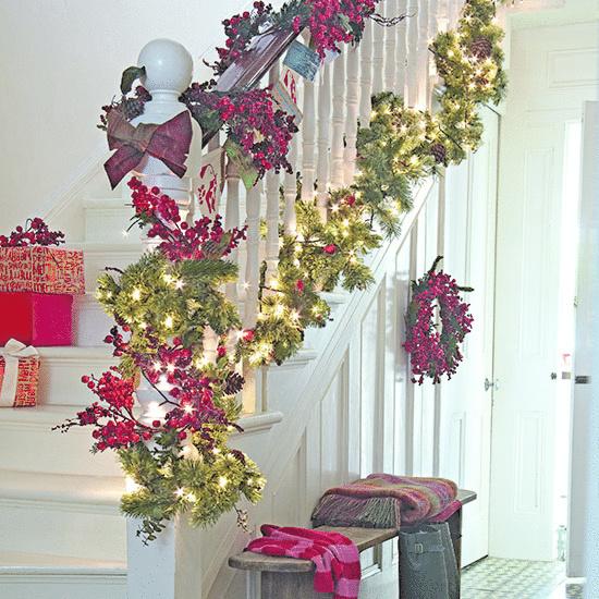 Biele drevené schodisko s vianočnou výzdobou