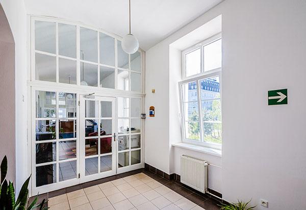 Z praxe: Úrad pre normalizáciu, metrológiu a skúšobníctvo SR vymenil staré okná za nové plastové. Výrobca im navrhol a odporučil  PVC profil Inoutic Prestige s izolačným dvojsklom. Keďže budova susedí s frekventovanou Šancovou ulicou, jej užívatelia ocenili výbornú akustickú izoláciu okna až 45 dB. Navyše, tieto okná spĺňajú náročné požiadavky na tepelnú izoláciu, čím prinášajú energetické úspory, ľahko sa otvárajú a vyznačujú sa tiež jednoduchou údržbou.
