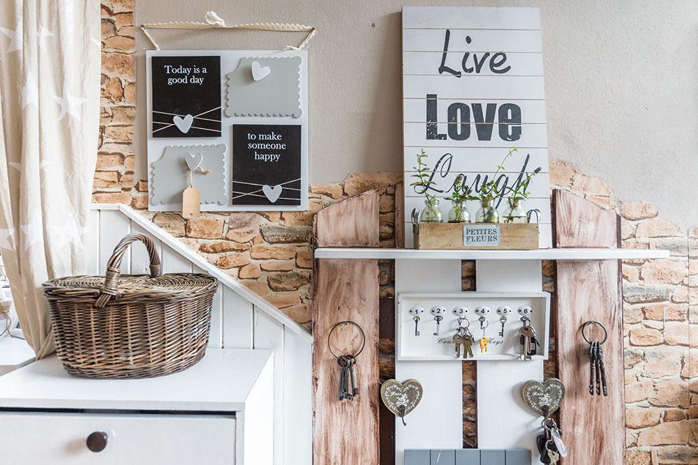 Už pri vstupe do domu vás uchvátia dekorácie aprvky, ktoré dodávajú domu útulnosť.