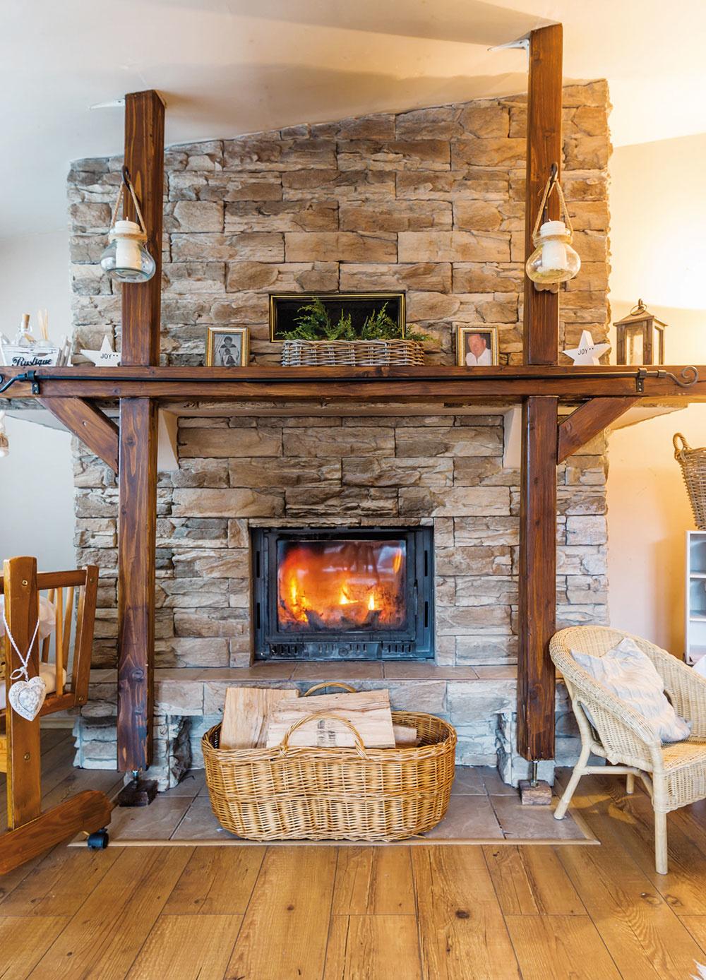 Vkozube horí drevo, blikotajúce svetielka aplamienky sviečok vytvárajú čarovnú atmosféru, domom vanie vôňa čerstvo upečeného koláča, zdrevenej kolísky sa občasne ozve detské mrnčanie…