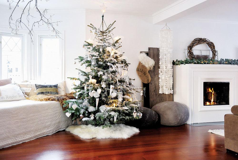 Vianočný stromček ozdobte vo farbách interiéru. Prípadne vyskúšajte bielu, ktorou nikdy nič nepokazíte a spolu so zlatými akcentmi bude pripomínať symboly zimy – oheň a sneh.