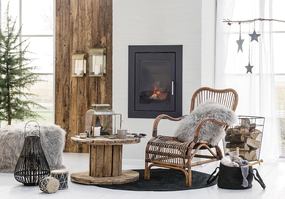 V prírodnom duchu sa nesie obývačka plná dreva, kožušín a jednoduchých dekorácií. A vôbec neprekáža ani to, že vianočný stromček nie je vyzdobený. Sila jednouchého.