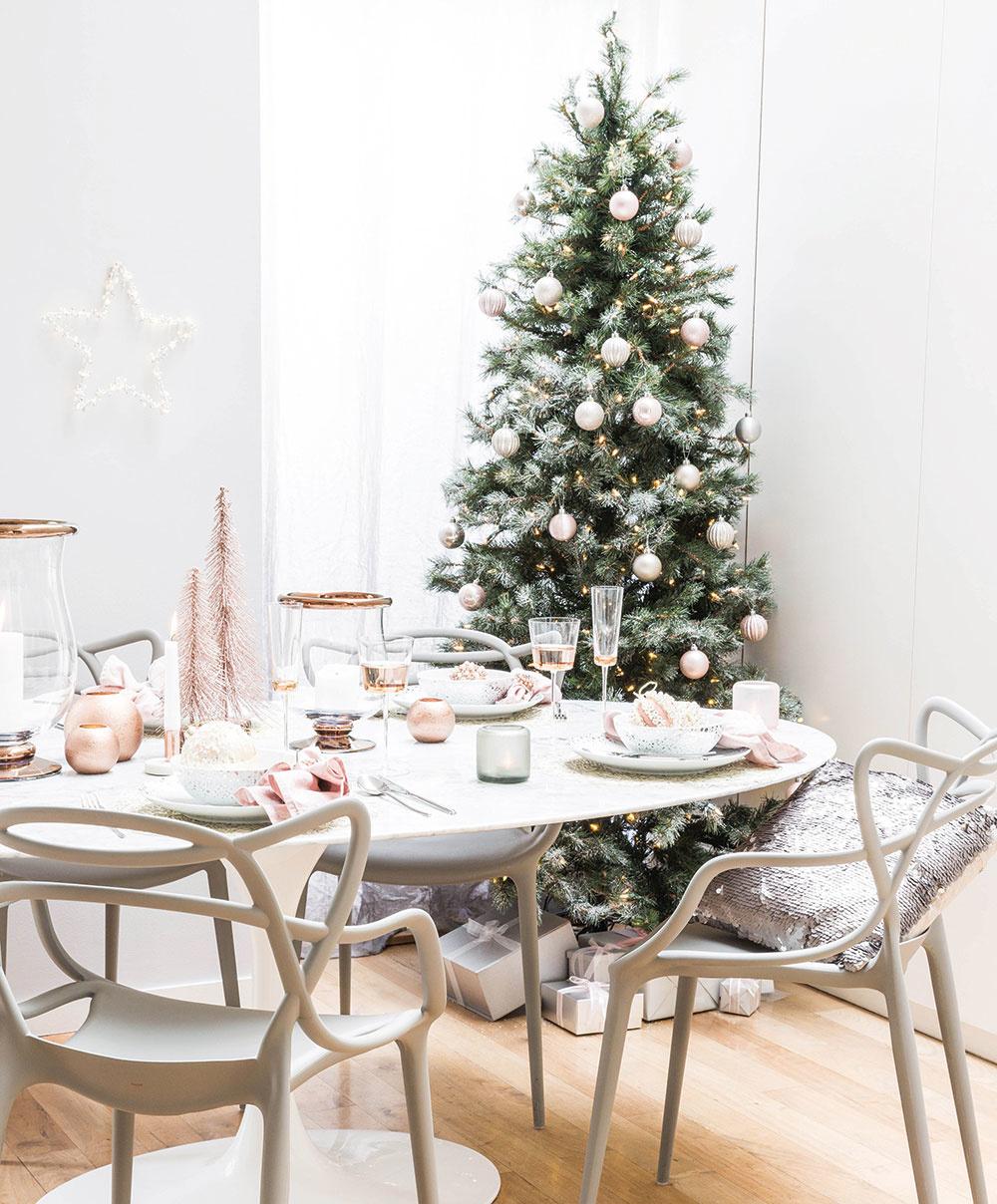 Púdrová ružová je farbou týchto Vianoc, ktorá dokonale vynikne na tmavozelenom stromčeku. Možno ju ladiť sbielou, striebornou alebo prírodnými odtieňmi. Vianočné gule adekorácie predáva www.amara.com.