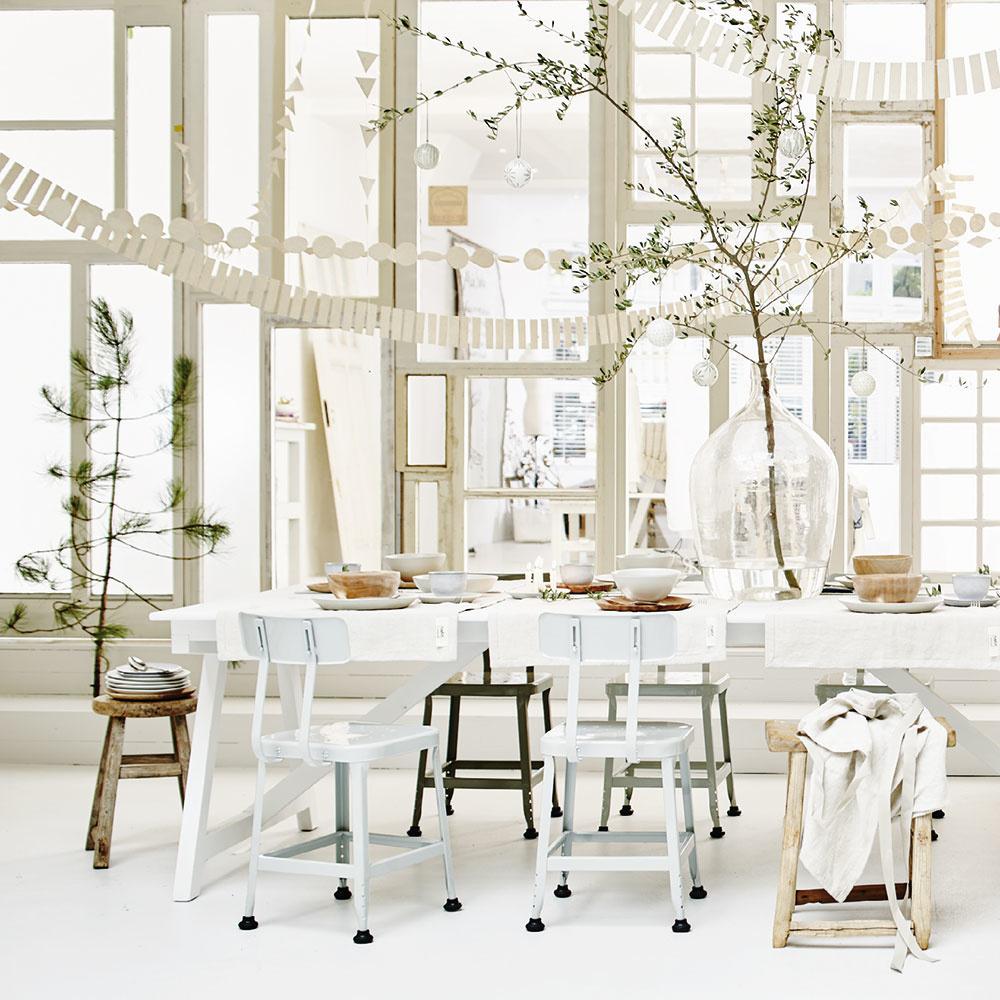 Veľmi netradične poňatý stromček – samotný zelený konár vo váze položený napríklad na stole aozdobený bielymi guľami alebo papierovými girlandami, ktoré možno vyrobiť doma alebo objednať na www.sukha.nl.