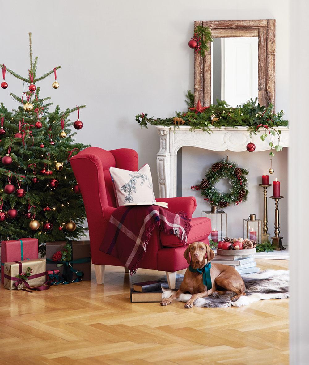 """Červená farba patrí jednoducho ktradičným Vianociam atento rok prišiel jej veľký """"comeback"""". Dobre sa kombinuje soslonovinovýmporcelánom, keramikou, tmavým drevom ikožou. Červené dekorácie nájdete vo vianočnej ponuke značky Westwing."""
