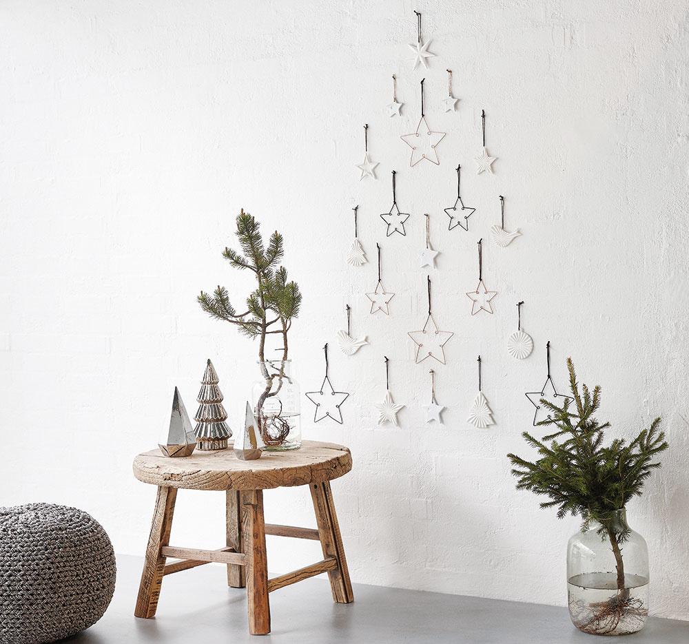 Ikonický stromček ideálny do industriálne ladeného bytu vyskladáte jednoducho. Stačí pribiť klince do tvaru stromčeka, zavesiť drôtené ozdoby aje to. Ozdoby od značky Hübsch predáva www.bellarose.sk