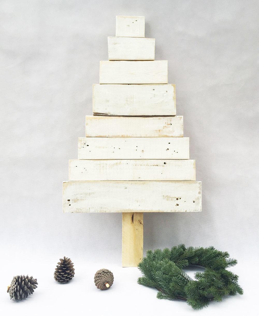 Stromček ideálny do mestského typu interiéru je vyrobený recykláciou zpaletových dosiek, ktoré možno ponechať bez ozdôb alebo ozdobiť šiškami, guľami isvetielkami. Vponuke na www.sashe.sk/PSConcrete aj na zákazku podľa priania.