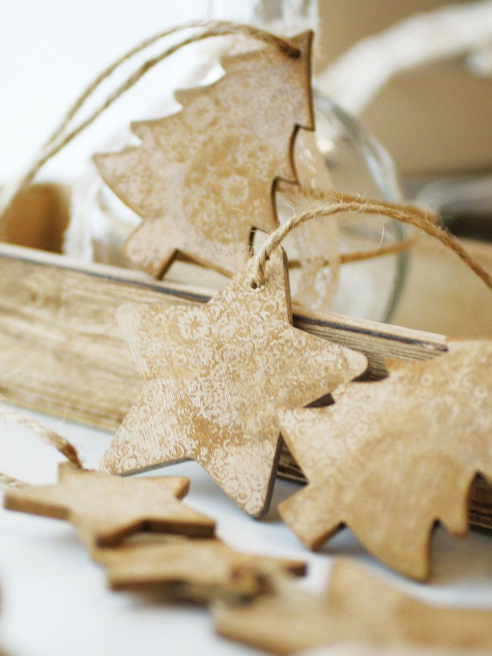 """Stromčeky môžu byť aj jednoduchou dekoráciou vyrobenou zdrevenej preglejky. Ručne maľované ozdoby sjutovým špagátom možno zavesiť na """"veľký"""" stromček, na stenu alebo do okna. Hľadajte na www.sashe.sk/Elart."""