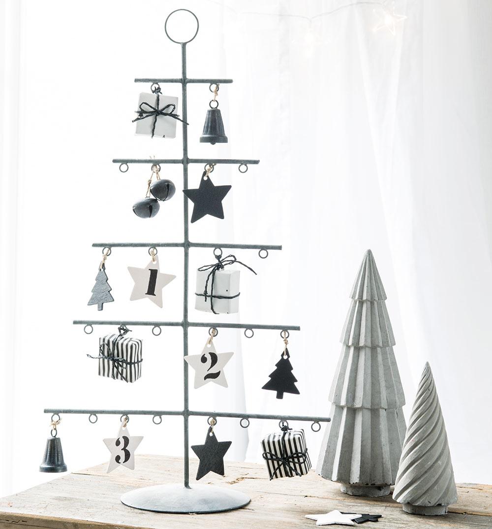 Symbolický stromček vtvare stojana zkovu je ideálny do malých bytov. Praktický je najmä vtom, že šetrí priestorom anikde nebude zavadzať. Navyše, ozdoby si možno vymieňať každý rok podľa aktuálnych trendov. Stromček aozdoby sú súčasťou vianočnej ponuky IB Laursen.