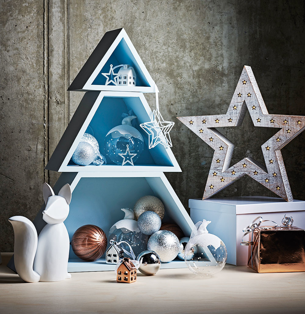 """Aj takýto stromček je skvelou alternatívou alebo """"len"""" doplnkom ku klasickému vianočnému stromčeku. Drevené poličky možno zaplniť rozličnými ozdobami alebo šiškami. Stromček idekorácie zakúpite na www.sainsburys.co.uk."""
