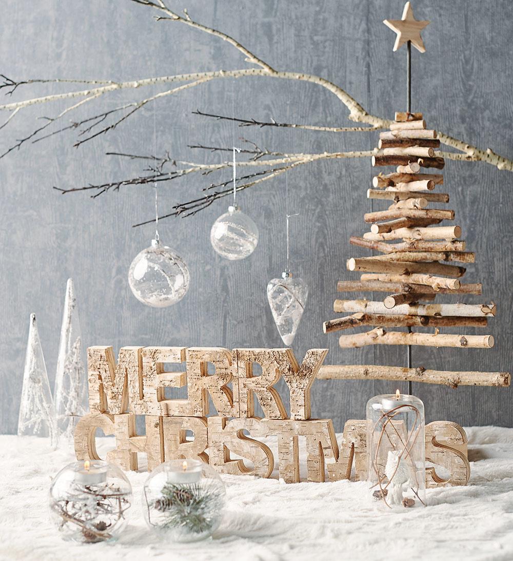 Výborným nápadom je stromček zmenších konárikov zozbieraných zo stromov, na ktorého výrobu postačí už len kovová tyč. Konáriky stačí prevŕtať avrôznych smeroch napichnúť na tyč. Dekorácie hľadajte vo vianočnej ponuke Bonami.
